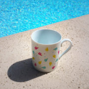 Le mug Frutti Ice Cream au bord de la piscine